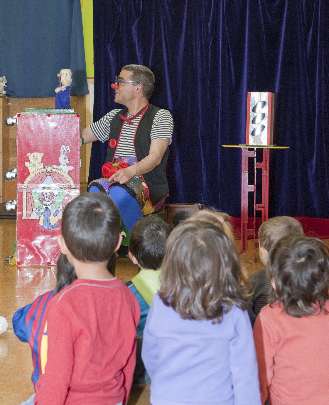 Un titella de mà en una actuació infantil a una llar d'infants