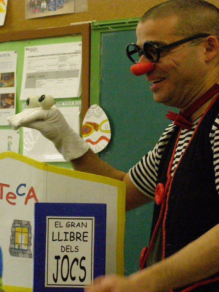 Una funció de teatre per a nens sobre la lectura amb Ruskus i el titella Papo Pilipo