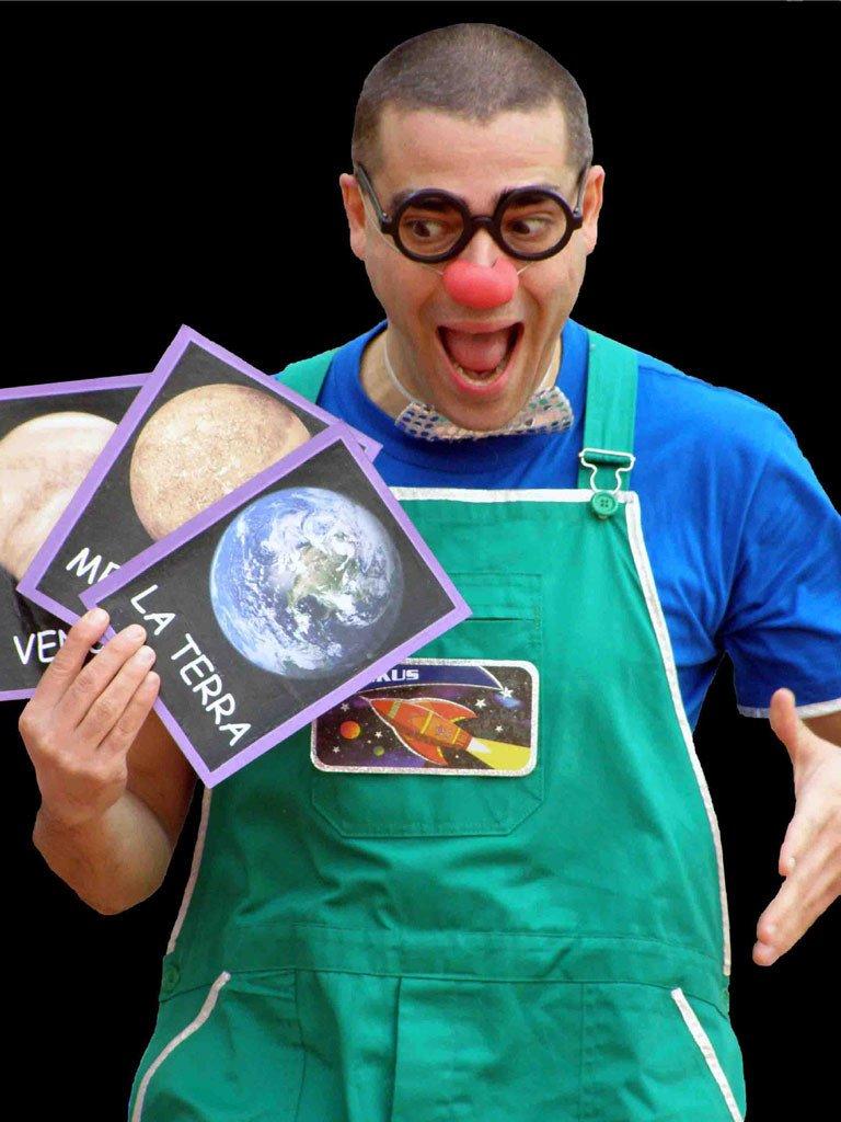 El pallasso Ruskus Patruskus mostra les fotografies de diversos planetes durant l'espectacle Missió Setciències
