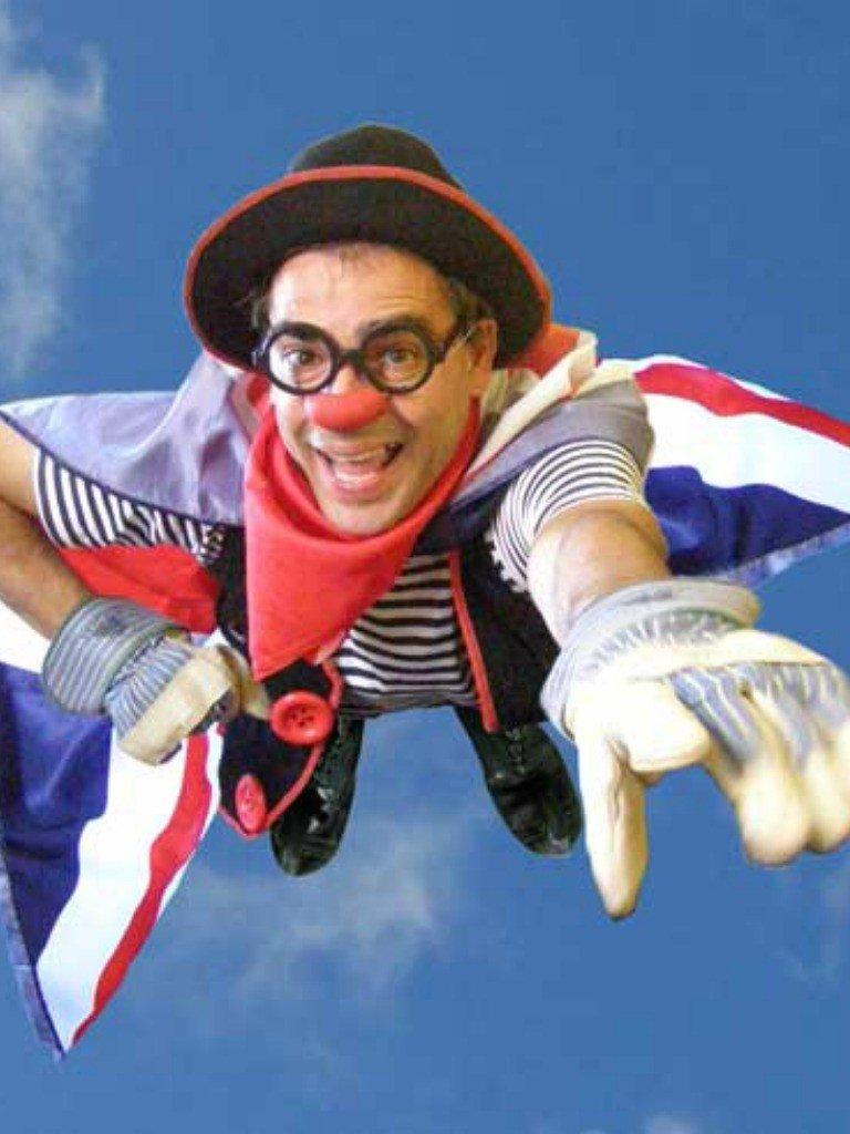 Ruskus volant amb una capa de la bandera britànica en una escena de l'obra de teatre The Great Circusman