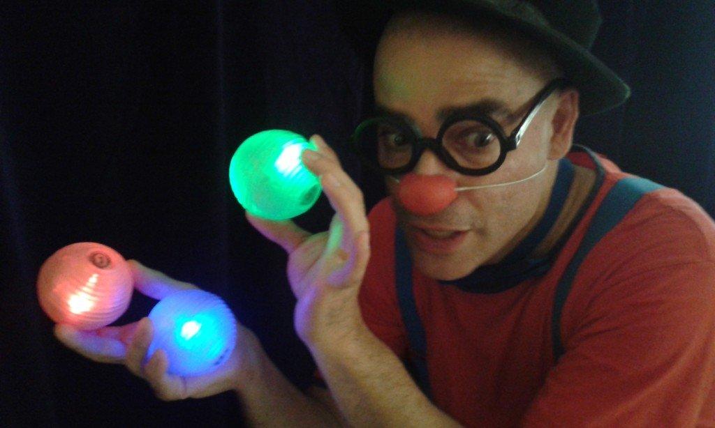 En Ruskus fa malabars amb boles lluminoses en un dels seus espectacles infantils en anglès