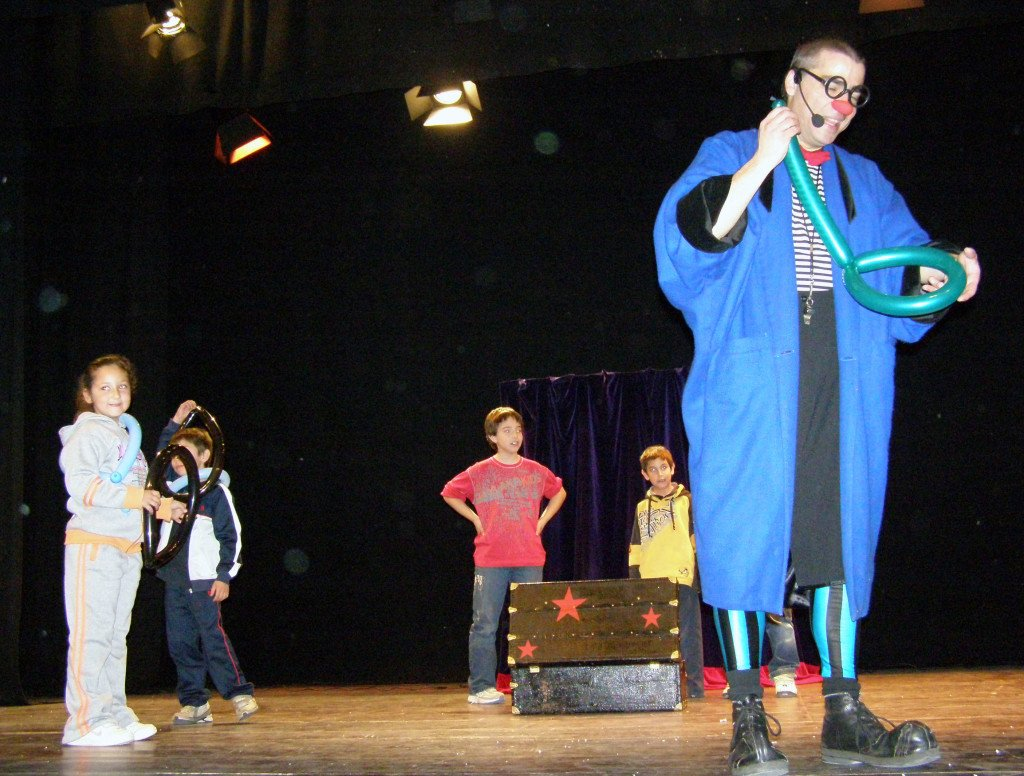 En Ruskus fa una figura de globus durant una obra de teatre per a nens i nenes sobre la prevenció
