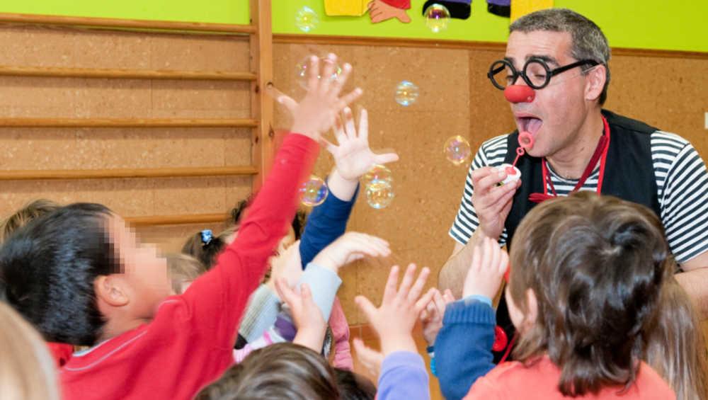 Animació infantil amb bombolles de sabó per a nens i nenes de dos i tres anys