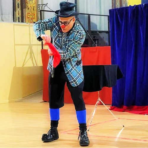 En Ruskus fa màgia amb un mocador vermell