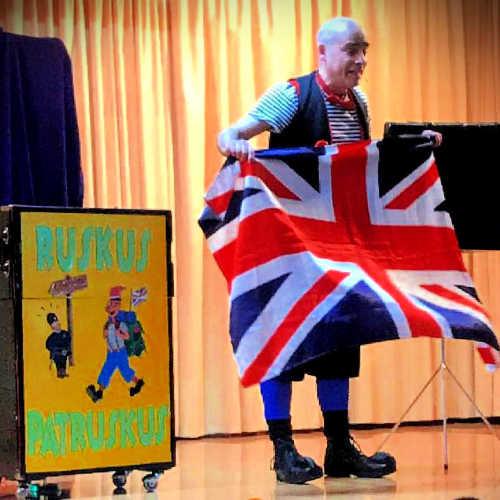 Ruskus amb la bandera britànica a l'hora del conte en anglès