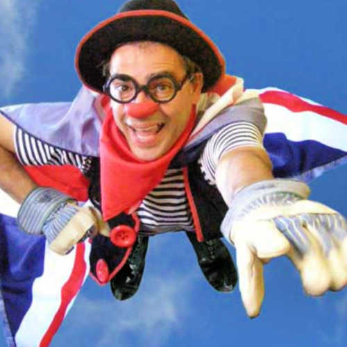 Ruskus Patruskus volant amb una capa anglesa a una hora del conte en anglès amb The Great Circusman